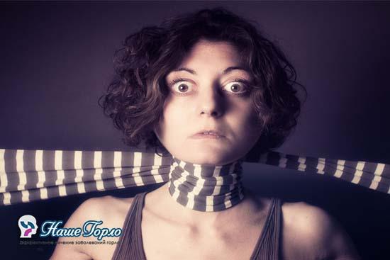 Отек горла (женщина перевязала шею шарфом)