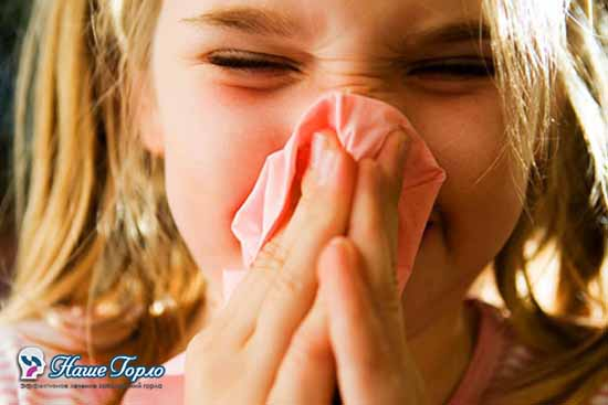 Девочка высмаркивает нос