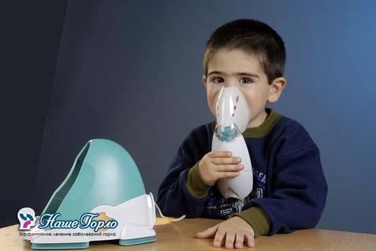 Ребенок делает ингаляцию через небулайзер
